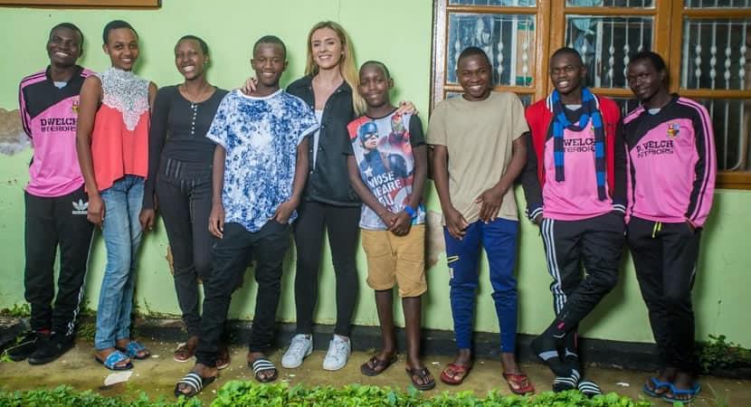 capaaos 22 anos jovem adotou 14 criancas africanas e deu lhes um lar Sinto me abencoada por ter 2 familias