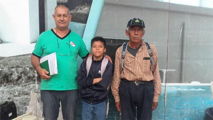 1 2 Todos os dias esse avo andava 6km para levar neto a escola no dia da formatura ele nao conteve emocao