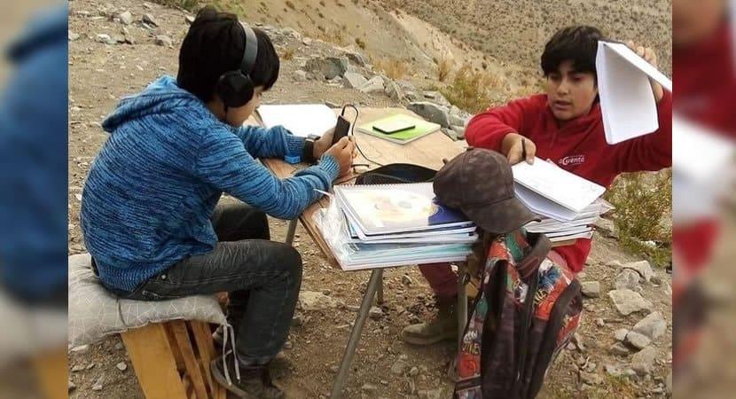 2 capa Irmaos sobem o morro todos os dias para conseguir estudar. A prioridade deles e aprender