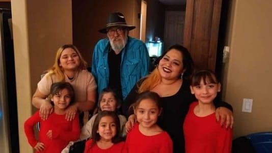 2nos temos uma nova missao tios adotam 5 sobrinhas depois que mae morre de Covid 19