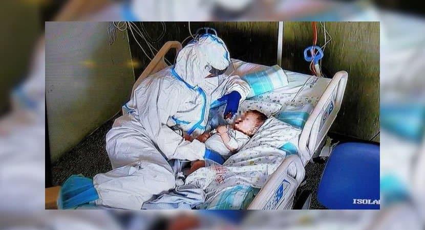 3 Enfermeira deita ao lado de bebe em estado critico para conforta lo Emocionou a todos