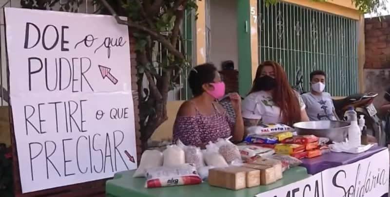 3vizinhos criam mesa solidaria em calcada e doam alimentos a pessoas necessitadas
