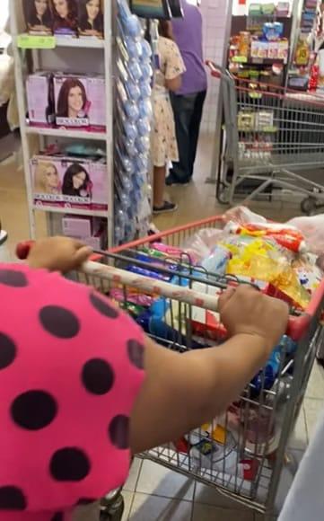 4 3 Homem oferece cesta basica e emprego para mae que vendia agua no sinal Emocionante