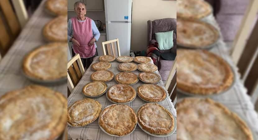 capasenhora de 89 anos cozinha tortas para pessoas necessitadas durante pandemia Muito generosa