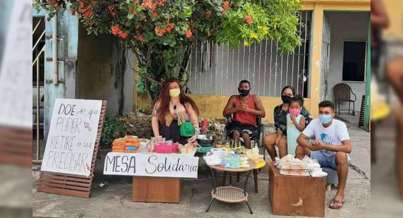 capavizinhos criam mesa solidaria em calcada e doam alimentos a pessoas necessitadas
