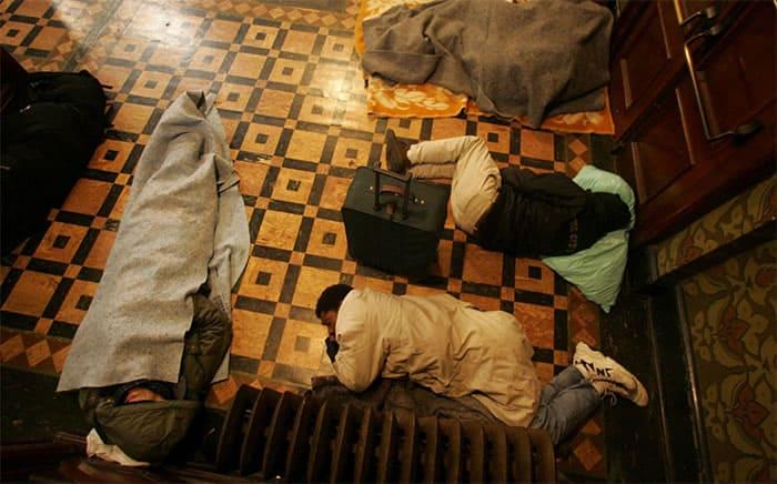 1 2 Igreja hospeda 250 pessoas sem teto todas as noites para que elas nao durmam na rua