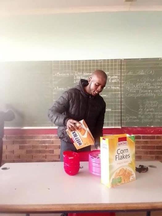 1 2 Nao permito que meus alunos aprendam com fome professor usa proprio salario para alimentar criancas