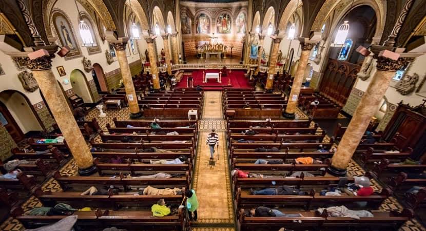 1 capa Igreja hospeda 250 pessoas sem teto todas as noites para que elas nao durmam na rua