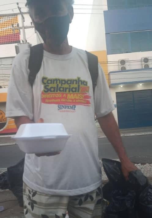 2 2 Apos pedido falso hamburgueria distribui lanches para moradores de rua Retribuir o mal com o bem
