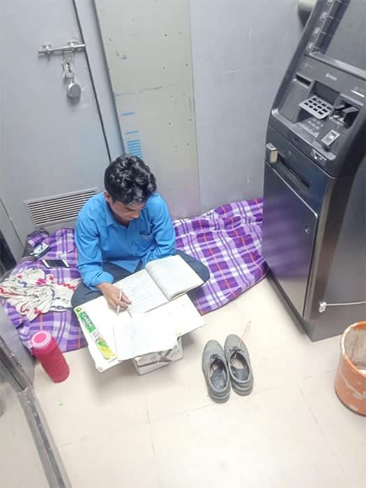 3 2 Seguranca de banco e fotografado estudando ao lado de caixa eletronico Corre atras dos sonhos