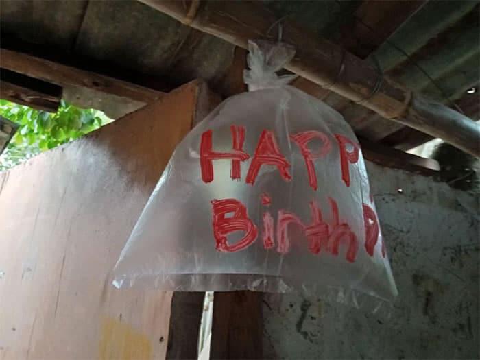 5 2 Criancas fazem sacolas plasticas de baloes para comemorar o aniversario do pai Amor sincero