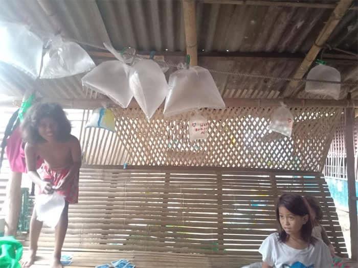 5 4 Criancas fazem sacolas plasticas de baloes para comemorar o aniversario do pai Amor sincero
