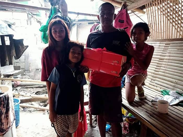 5 6 Criancas fazem sacolas plasticas de baloes para comemorar o aniversario do pai Amor sincero
