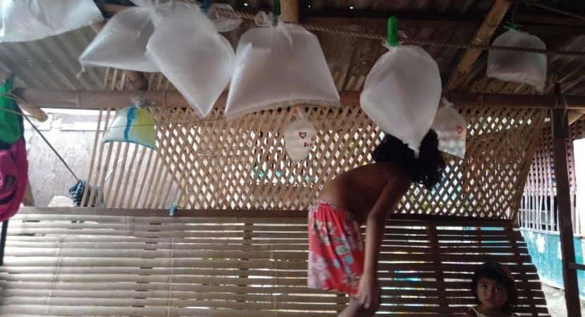 5 capa Criancas fazem sacolas plasticas de baloes para comemorar o aniversario do pai Amor sincero