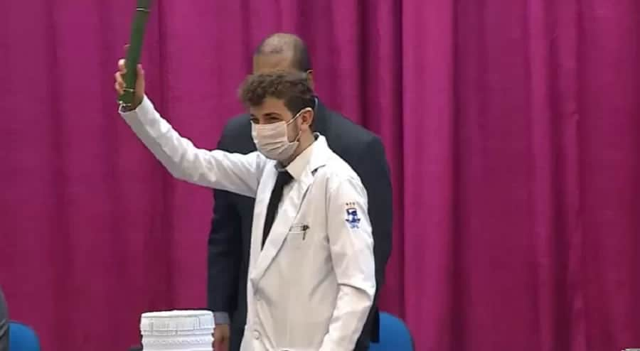 2 2 Brasileiro que entrou na faculdade aos 14 anos se forma em medicina e quer lutar contra Covid 19