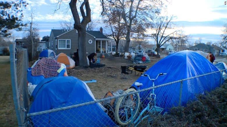 2 5 Homem abre o proprio quintal para receber moradores de rua e tem esperanca de ajudar ainda mais
