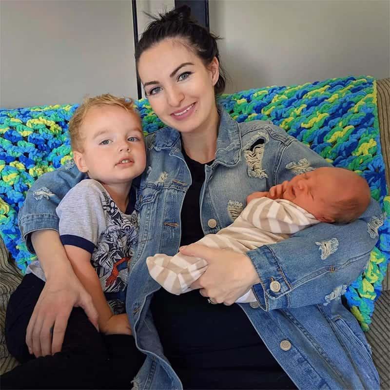 2mae viraliza ao publicar foto de ex e atual saindo da maternidade com filho recem nascido