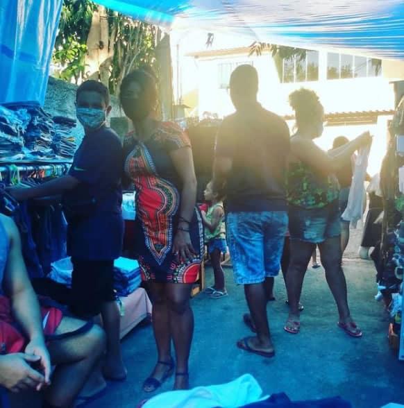 2menino carioca de 11 anos abre brecho e vende as proprias roupas para ajudar mae durante crise