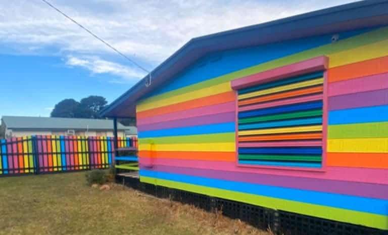 4 3 Ameacado por ser homossexual homem recebe ajuda de mais de 100 vizinhos e pinta casa de arco iris