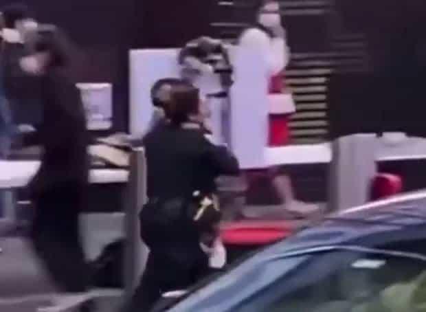 5 2 Heroina Policial salva menininha de 4 anos que tinha sido atingida em tiroteio