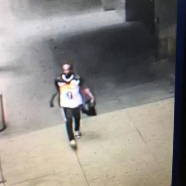 5 3 Heroina Policial salva menininha de 4 anos que tinha sido atingida em tiroteio