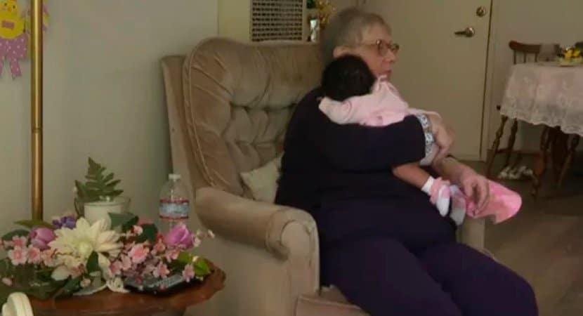 capadeus me deu um presente idosa de 78 anos adotou e cuidou de mais de 80 bebes em 34 anos