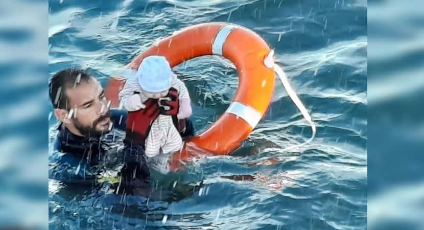 capafoto emocionante mostra o momento em que guarda civil faz o resgate de um bebe no mar