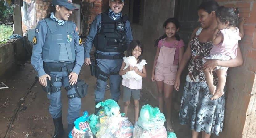 capapolicias compram comida e ajudam pais de 3 criancas que nao tinham como alimentar os filhos