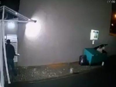 1 Vizinhos se unem para alimentar morador de rua que fugiu do frio entrando em cacamba de lixo