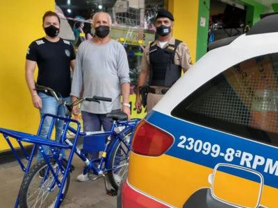 capapedreiro idoso que havia sido roubado ganha nova bicicleta de policiais Felizes em ajudar