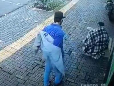 1 Em dia frio de 5C vendedor de pacoca tira o proprio casaco e oferece a morador de rua desabrigado