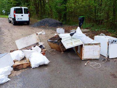 2 capa Prefeita encontrou entulho e moveis velhos jogados em estrada e despejou no quintal do responsavel