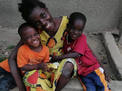 3 capa Morando na rua com 2 filhos mae ganha recebe apoio e ganhara casa de ONG