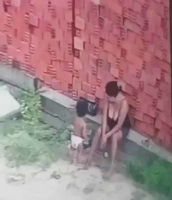 1 2 Mae abraca filho e o protege de ser esmagado por uma montanha de tijolos