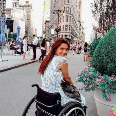 1 2 Paralisada da cintura para baixo mulher viaja o mundo com ajuda do marido Me carrega nas costas