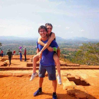1 5 Paralisada da cintura para baixo mulher viaja o mundo com ajuda do marido Me carrega nas costas