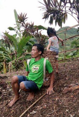 3 2 Desde os 6 anos menina ajuda o pai cego a trabalhar para garantir o sustento da familia