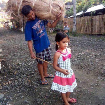 3 3 Desde os 6 anos menina ajuda o pai cego a trabalhar para garantir o sustento da familia