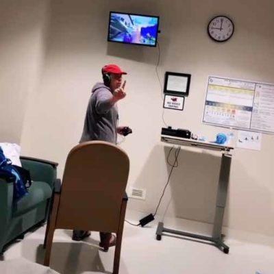 3 3 Pai e criticado por levar videogame para hospital enquanto noiva esta em trabalho de parto