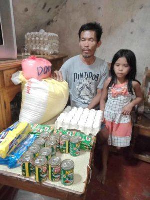 3 4 Desde os 6 anos menina ajuda o pai cego a trabalhar para garantir o sustento da familia