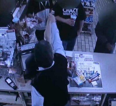 4 3 Ao inves de chamar a policia empresario faz doacao a jovem que roubava estabelecimento para comer