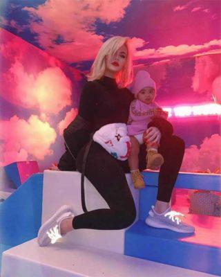 1 3 Khloe Kardashian e criticada pelos fas por sempre carregar a filha de 3 anos no colo