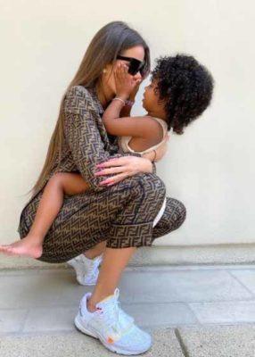 1 5 Khloe Kardashian e criticada pelos fas por sempre carregar a filha de 3 anos no colo