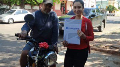 Capa Jovem compra moto para padrasto por ele ter pago suas duas faculdades trabalhando como sapateiro