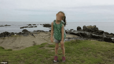 Casal tira foto de filha e detalhe atras da crianca chama atencao