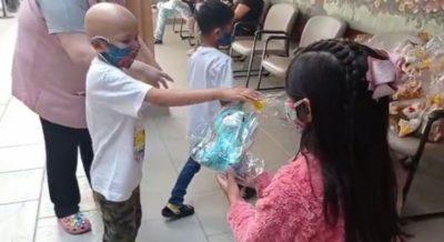 maria clara doou ursinhos para criancas que lutam contra o cancer em sorocaba